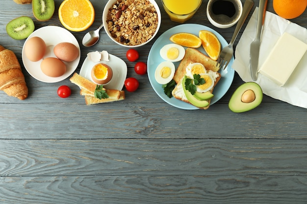 Concepto de sabroso desayuno sobre fondo de madera