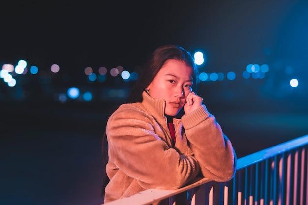 Concepto de salir con chica de noche
