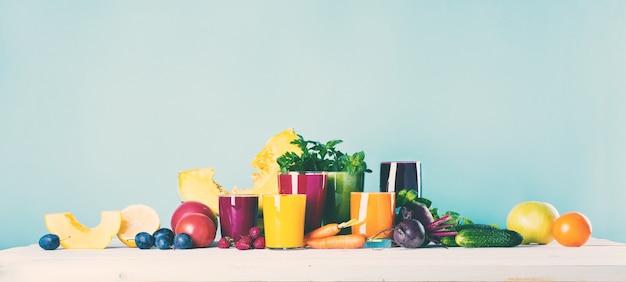 Concepto de la salud de diversos vidrios del smoothie de los zumos