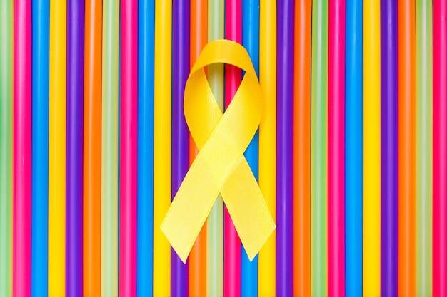 Concepto de salud y medicina. cinta amarilla de la conciencia del cáncer con el rastro en fondo colorido.