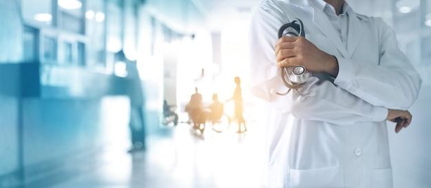 Concepto de salud y médico. médico de medicina con estetoscopio en mano y pacientes.