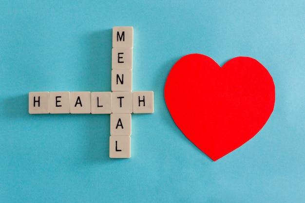 Concepto de salud mental con mosaicos de letras sobre fondo azul. copie el espacio.