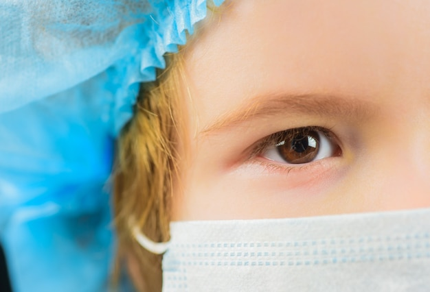 Concepto de salud, población humana, infección por virus, prevención de la enfermedad de la gripe, niño con máscara de protección