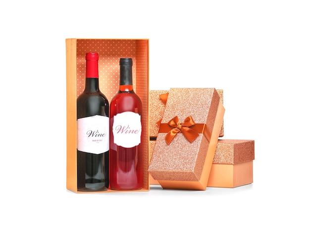 Concepto de san valentín. botellas de vino y cajas de regalo aisladas en blanco