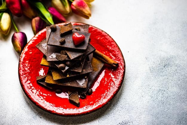 Concepto de san valentín con flores y chocolate