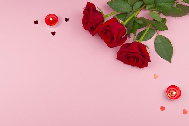 Concepto de san valentín en un fondo rosa con decoraciones. el concepto del día de san valentín, bodas, compromisos, día de la madre, cumpleaños, navidad y otras fiestas. mosca plana