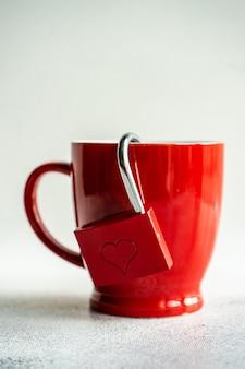 Concepto de san valentín con taza de café y un candado