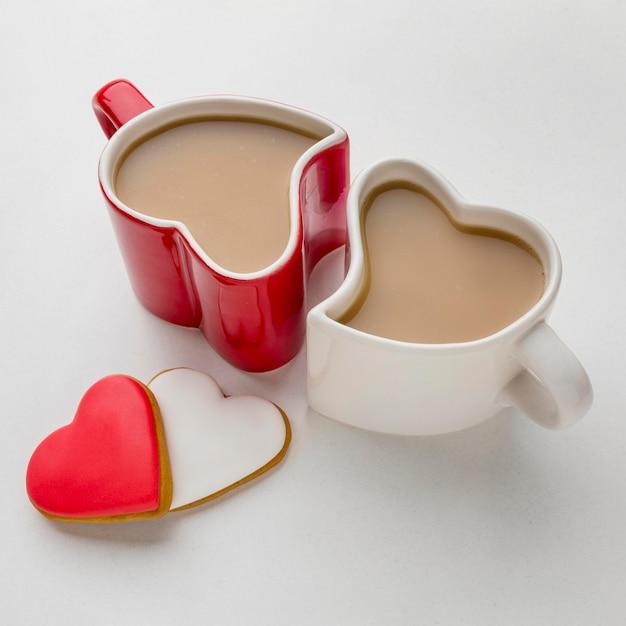 Concepto de san valentín con tazas en forma de corazón