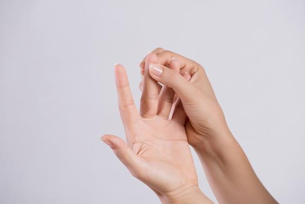 Concepto sanitario y médico. mujer masajeando su doloroso dedo medio.