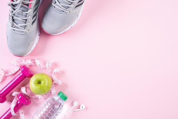 Concepto sano de la forma de vida, de la comida y del deporte en pastel rosado.