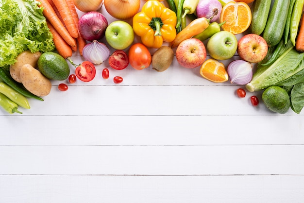 Concepto sano de la forma de vida y de la comida en el fondo de madera blanco.