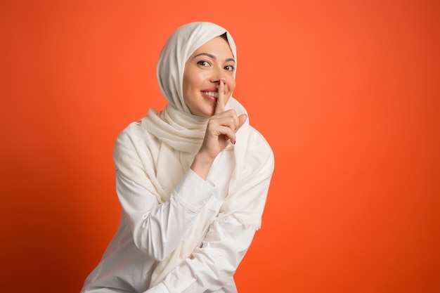 Concepto secreto de chismes. feliz mujer árabe en hijab.