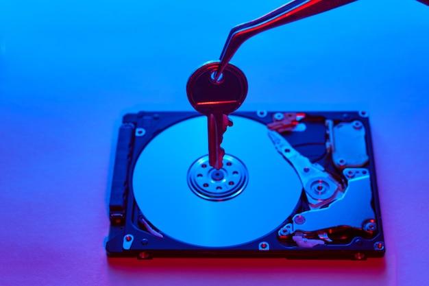 Concepto de seguridad de datos. llave en el eje de una unidad de disco duro.