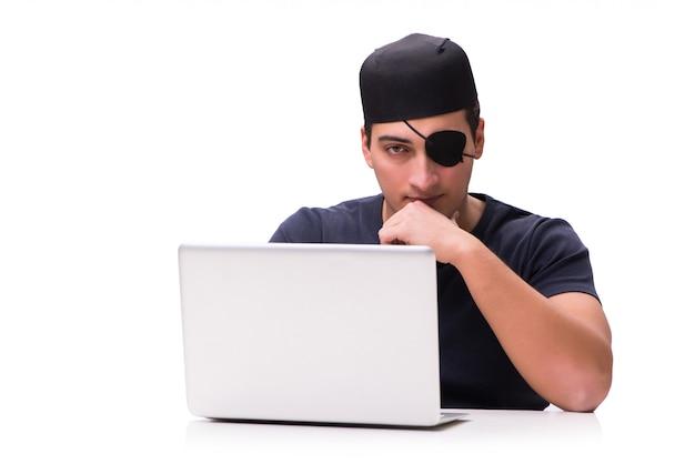Concepto de seguridad digital con pirata aislado en blanco