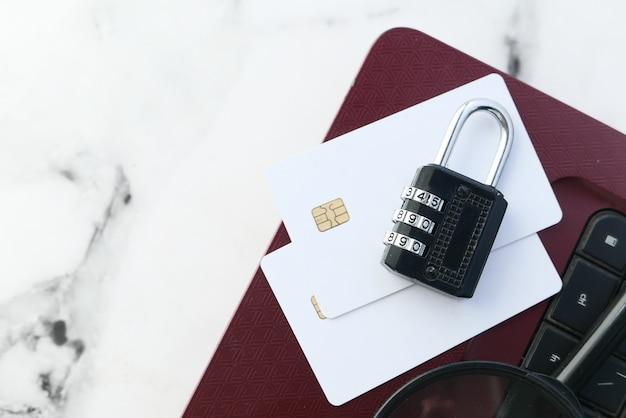 Concepto de seguridad en internet con candado y tarjeta de crédito en el portátil