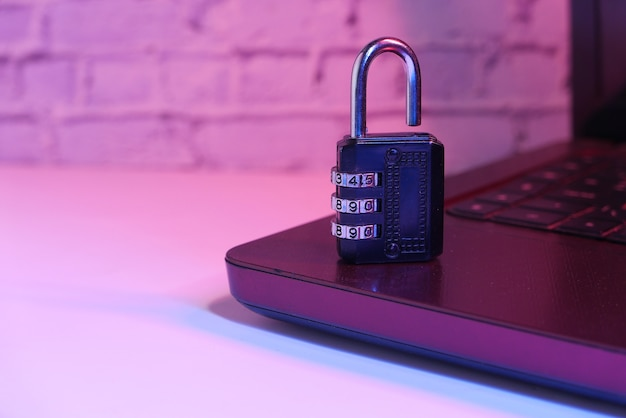 Concepto de seguridad en internet con candado en el teclado de la computadora.