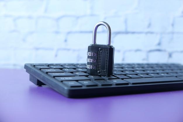 Concepto de seguridad en internet con candado en el teclado de la computadora