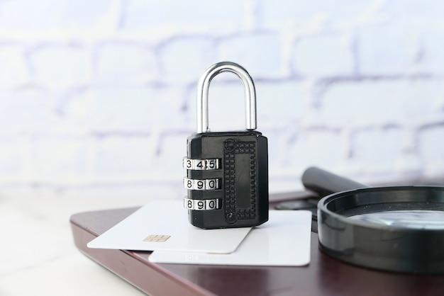 Concepto de seguridad de internet y seguridad con candado en el teclado de la computadora