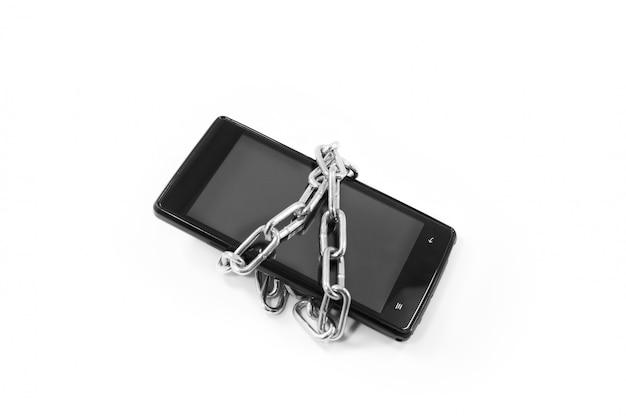Concepto de seguridad y protección de datos personales. enlace de cadena de metal con en el teléfono inteligente