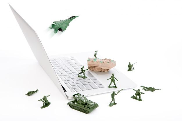 Concepto de seguridad: soldados, tanques, avión están protegiendo un