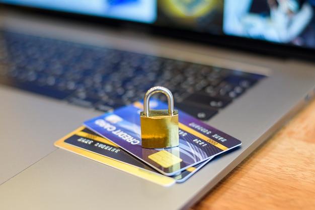Concepto de seguridad de tarjeta de crédito, tarjeta de crédito con candado