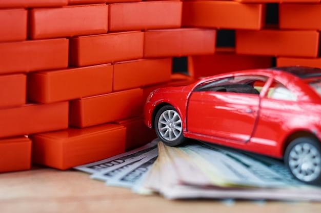 Concepto de seguridad vial. coche roto y billetes de un dólar.