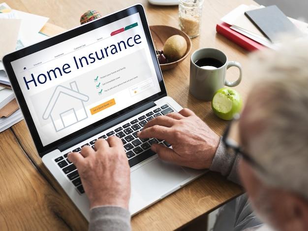 Concepto de seguro de hogar en portátil