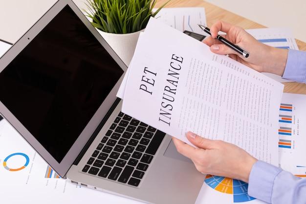 Concepto de seguro para mascotas, documentos en el escritorio