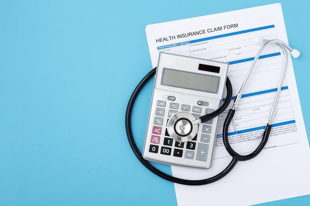 Concepto de seguro médico sobre fondo azul.