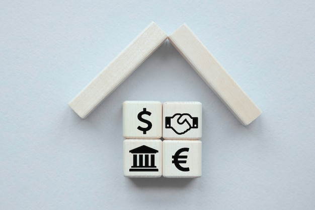 Concepto de seguro de propiedad. pequeña casa de juguetes .conceptos para el cuidado de la salud y médicos.