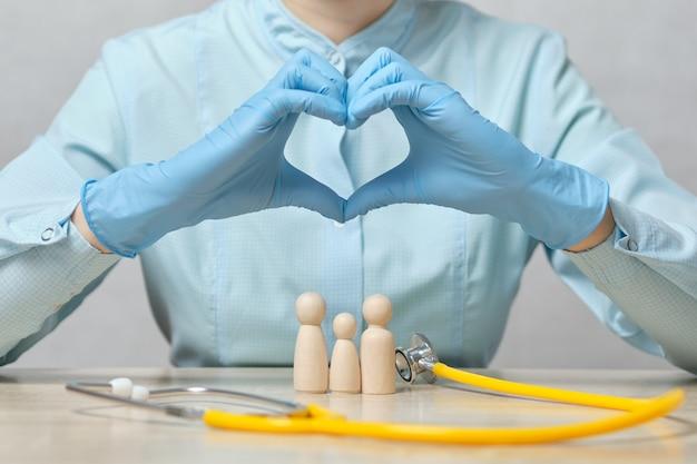 Concepto de seguro de salud familiar y atención al cliente.