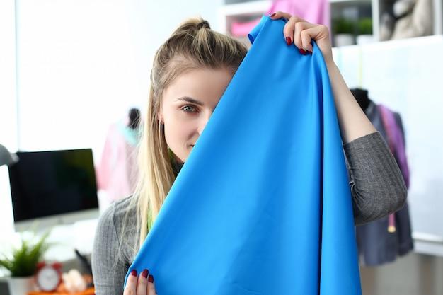 Concepto de selección de tela de diseño de ropa de moda