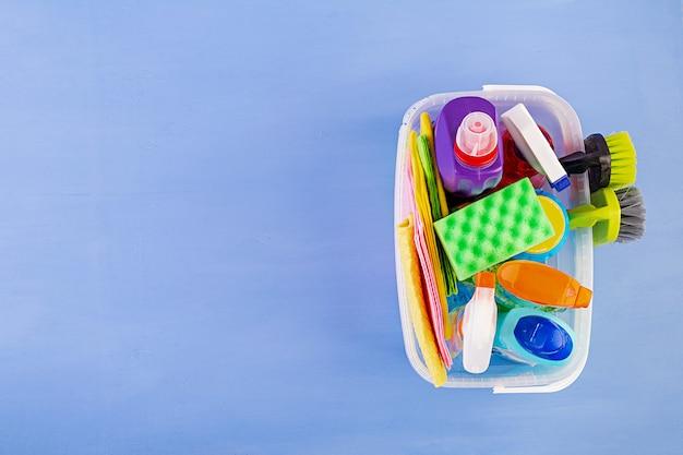 Concepto de servicio de limpieza. colorido set de limpieza para diferentes superficies en cocina, baño y otras habitaciones. vista superior