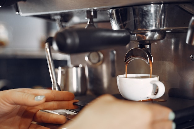 Concepto de servicio de preparación de café barista cafe