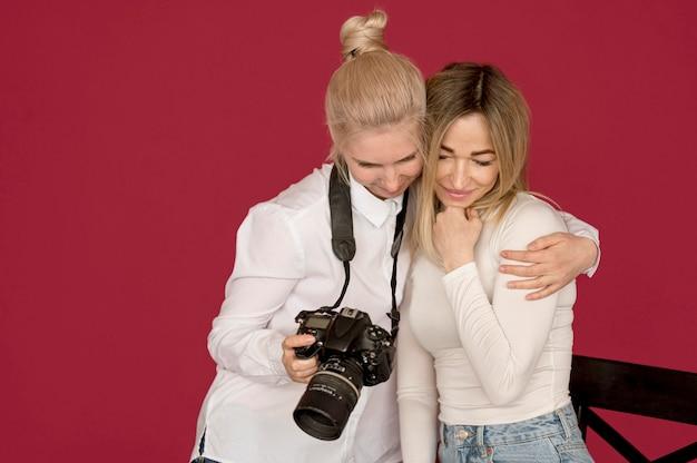 Concepto de sesión de fotos chicas mirando fotos