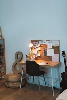 Concepto simple de oficina en casa para estudiantes