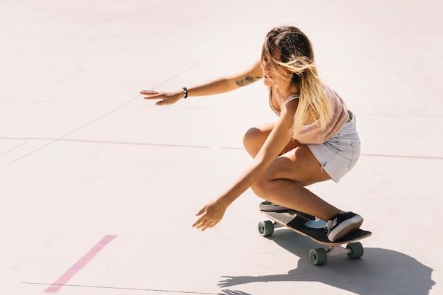 Concepto de skate con mujer