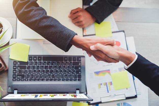 Concepto de sociedad - socios de negocios de apretón de manos espíritu empresarial exitoso líder de equipo.
