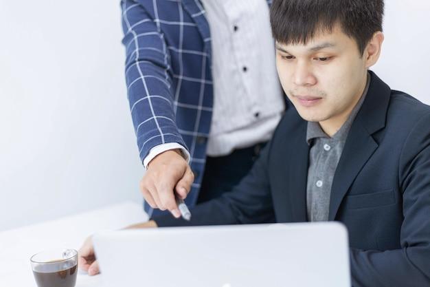 Concepto de socios comerciales un joven empresario hablando con su colega sobre un plan de marketing del nuevo producto próximo.