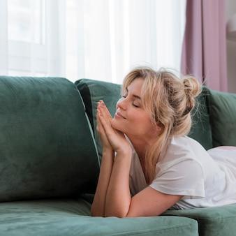 Concepto de soñar despierto y autocuidado en casa