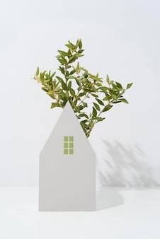 Concepto de sostenibilidad con plantas que crecen a partir de formas geométricas.