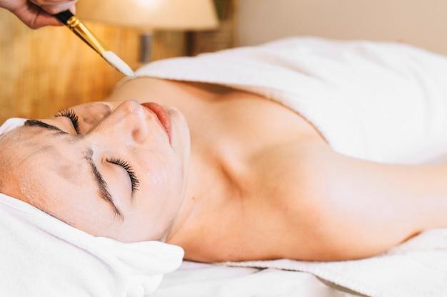 Concepto de spa y masaje con mujer relajada