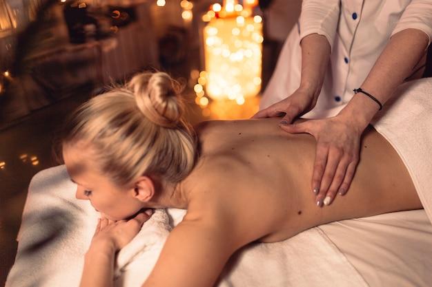Concepto de spa y masaje con mujer