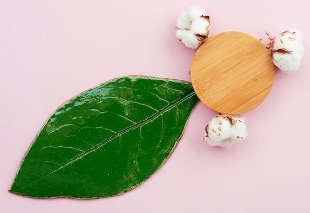 Concepto de spa minimalista con posavasos y hojas