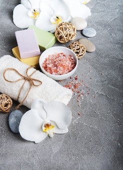 Concepto de spa con orquídeas blancas