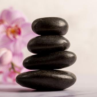 Concepto de spa con pequeñas piedras brillantes