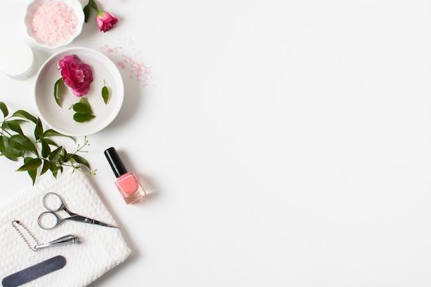 Concepto de spa plano con esmalte de uñas y espacio de copia