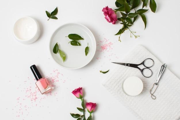 Concepto de spa plano con esmalte de uñas