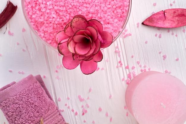 Concepto de spa plano laicos toalla de felpa púrpura y sal rosa