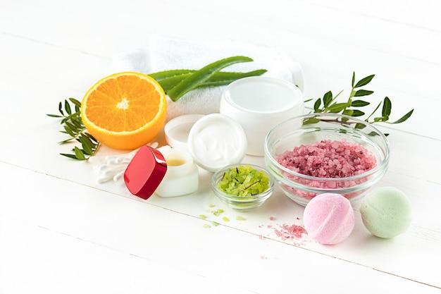 Concepto de spa con sal, menta, loción, toalla en blanco